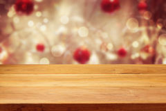倒空在圣诞节bokeh背景的木甲板桌 免版税库存图片