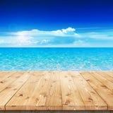 倒空在太阳的木桌产品安置的 库存图片