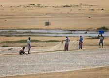倒空在干燥河床上的鱼网 免版税库存照片
