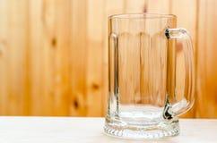 倒空在木背景的熊杯子 免版税库存照片