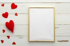 倒空在木背景的金黄框架与红色心脏 顶视图 平的位置 免版税库存图片