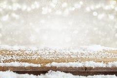 倒空在梦想和不可思议的冬天风景背景前面的木桌 对产品显示蒙太奇 免版税图库摄影