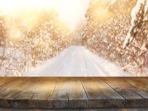 倒空在梦想和不可思议的冬天风景背景前面的木桌 对产品显示蒙太奇 库存照片