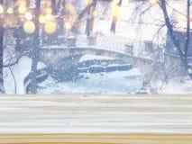 倒空在梦想和不可思议的冬天风景背景前面的木桌 对产品显示蒙太奇 图库摄影