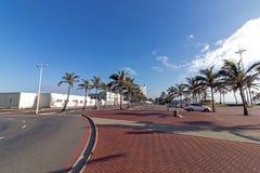 倒空在海滩前的被仿造的和被铺的散步 免版税图库摄影