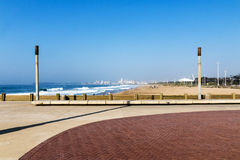 倒空在海滩前的被铺的和被仿造的散步 免版税库存照片