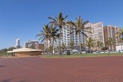 倒空在海滩前的被铺的散步反对城市地平线 免版税图库摄影