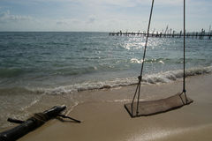 倒空在海滩的摇摆 免版税库存照片