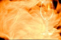 倒空在火火焰的白葡萄酒玻璃 免版税库存照片