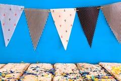 倒空在狂欢节和生日聚会前面的老桌背景 免版税库存图片