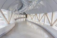 倒空在现代办公楼的长的走廊 库存照片