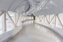 倒空在现代办公楼的长的走廊 免版税库存照片
