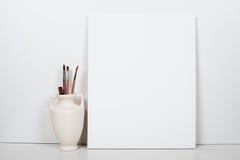 倒空在白色背景的空白的帆布,家内部装饰 免版税图库摄影