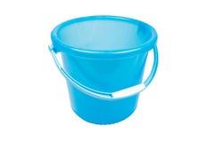 倒空在白色背景的蓝色塑料家庭桶 免版税图库摄影