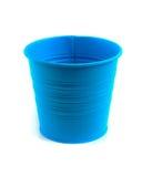 倒空在白色背景的蓝色锌桶 库存照片