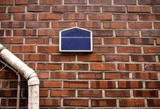 倒空在砖墙上的地址名牌 免版税库存图片