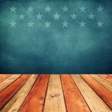 倒空在美国旗子背景的木甲板桌。独立日,第4 7月背景。 免版税库存图片