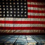 倒空在葡萄酒美国旗子背景的木桌 免版税库存照片