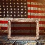 倒空在葡萄酒美国旗子背景的木桌 免版税库存图片