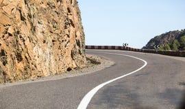 倒空在阿特拉斯山脉低角度的挥动的路被射击在曲线边缘 免版税图库摄影