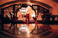 倒空在餐馆侧视图的服务的桌 库存图片