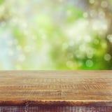 倒空在bokeh夏天庭院背景的木桌 免版税库存照片