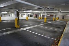 倒空地下停车处背景 免版税库存图片