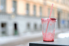 倒空室外坏的塑料杯子和鸡尾酒的秸杆 库存图片