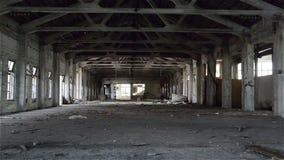 倒空工业顶楼在与光秃的水泥墙壁、地板和柱子的建筑背景中 影视素材