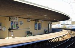 倒空弯曲的火车站平台, Carnforth。 免版税库存图片