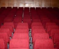 倒空戏院剧院会议或音乐会的红色位子 免版税库存图片