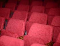倒空戏院剧院会议或音乐会的红色位子 免版税库存照片