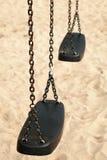 倒空摇摆由黑塑料和钢链子做成 库存照片