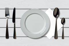 倒空有匙子、刀子和叉子的现实板材在木背景 在木桌上的利器 图库摄影
