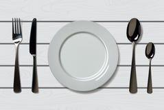 倒空有匙子、刀子和叉子的现实板材在白色木背景 在木桌上的利器 免版税库存图片