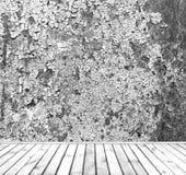 倒空有木板条地板的灰色难看的东西墙壁 免版税库存图片