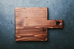 倒空有空的空间的木在黑石台式视图的切板文本的或食谱 免版税库存图片