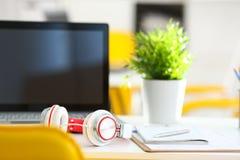 倒空有膝上型计算机和耳机的遥远的办公室工作场所 库存照片