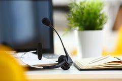 倒空有膝上型计算机和耳机的遥远的办公室工作场所 免版税图库摄影
