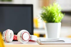 倒空有膝上型计算机和耳机的遥远的办公室工作场所 免版税库存图片