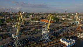 倒空有起重机的货物船坞的鸟瞰图 影视素材