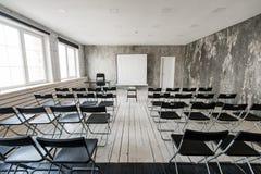 倒空有黑色椅子放映机屏幕的现代教室 免版税库存图片