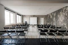 倒空有黑色椅子放映机屏幕的现代教室 库存照片