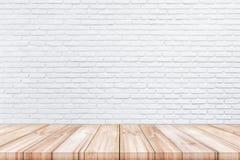 倒空木台式有白色颜色砖墙背景 免版税库存照片
