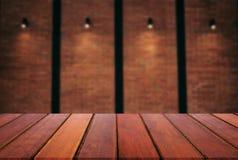 倒空木桌并且弄脏摘要背景在w前面的 免版税库存照片