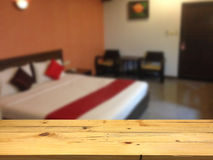 倒空木桌空间站和被弄脏的卧室热的 免版税图库摄影