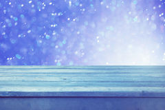倒空木甲板桌有冬天bokeh背景 为产品显示蒙太奇准备 抽象空白背景圣诞节黑暗的装饰设计模式红色的星形 免版税图库摄影