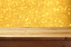 倒空木甲板桌有金黄bokeh假日背景 为产品显示蒙太奇准备 抽象空白背景圣诞节黑暗的装饰设计模式红色的星形 库存图片