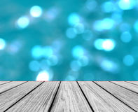 倒空木透视平台有作为模板使用的闪耀的抽象五颜六色的圆的轻的Bokeh圈子背景 库存照片