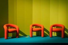 倒空橙色椅子在主人2013年在米兰,意大利 库存图片